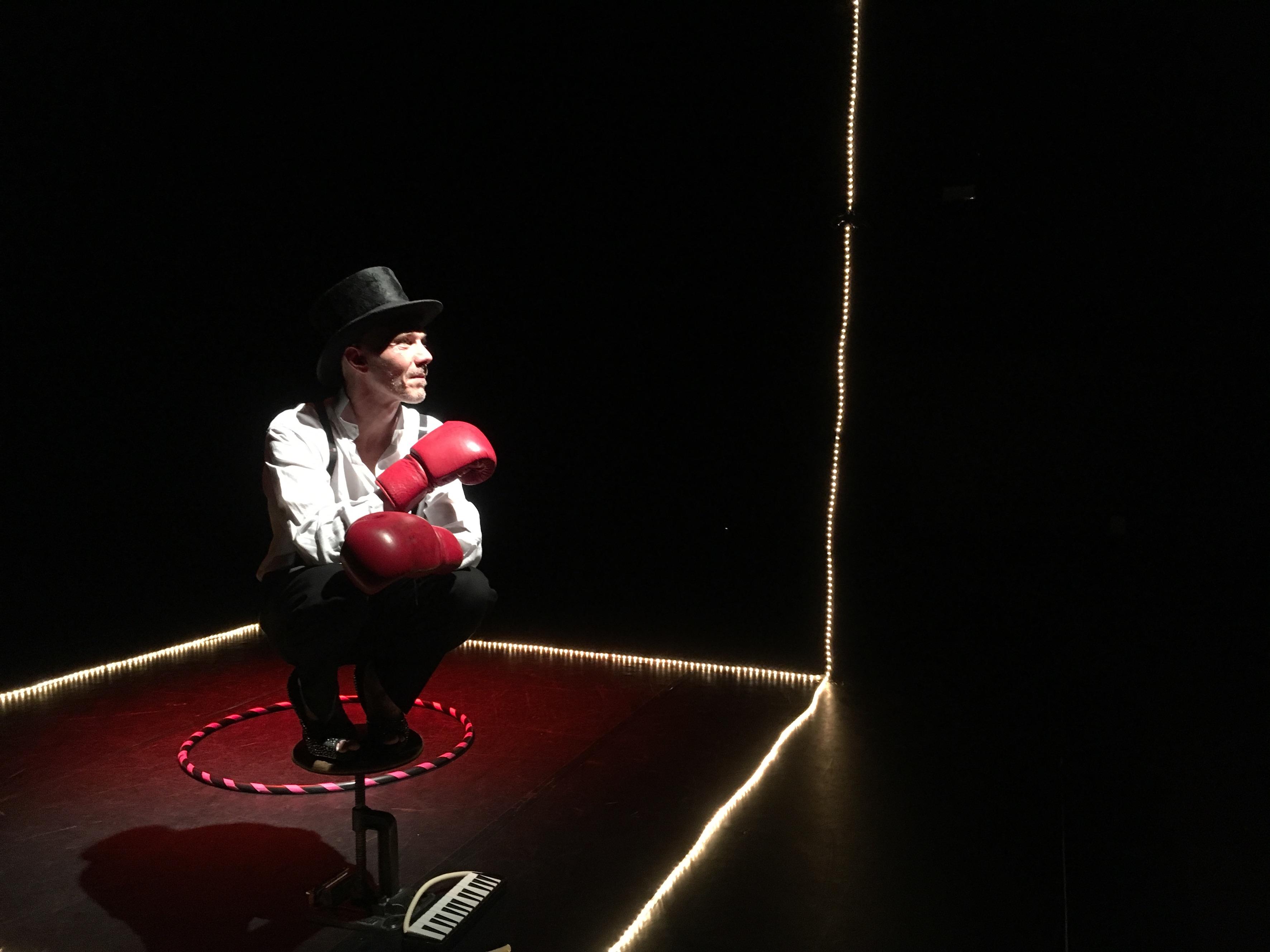 Comédien accroupi sur scène